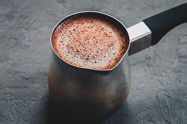 Czarna kawa parzona w cezve, zbliżenie