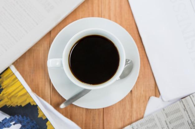 Czarna kawa serwowana na stole