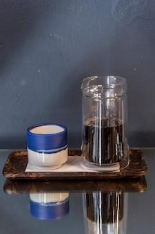 Czarna kawa w małej niebieskiej filiżance