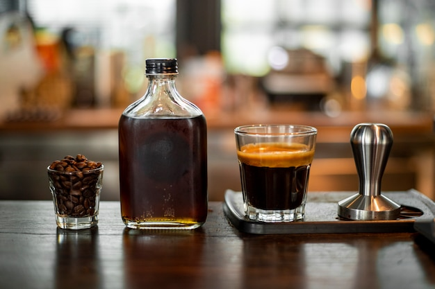 Czarna kawa w małym ujęciu.