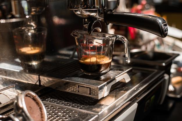 Czarna kawa w miarce umieścić na ekspresie do kawy