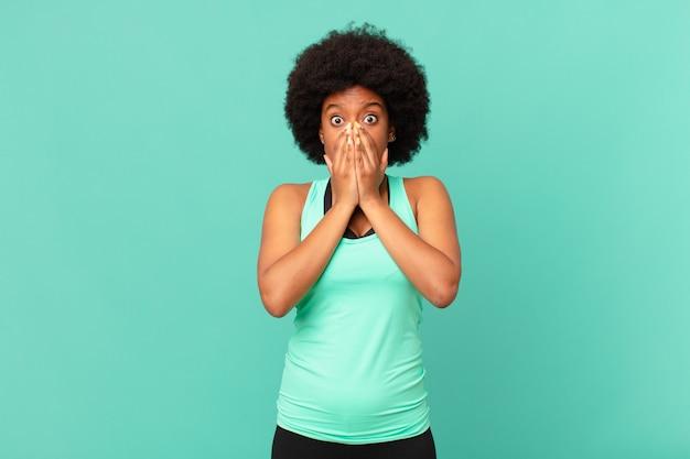 Czarna kobieta afro czuje się zmartwiona i przestraszona