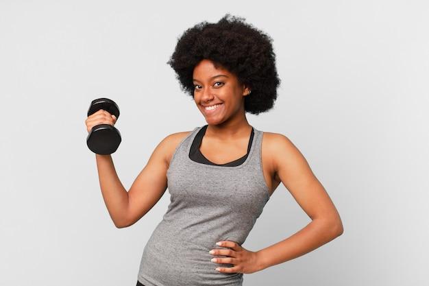 Czarna kobieta fitness afro z hantlami