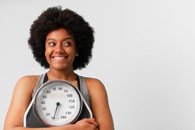 Czarna kobieta fitness afro z równowagą lub skalą