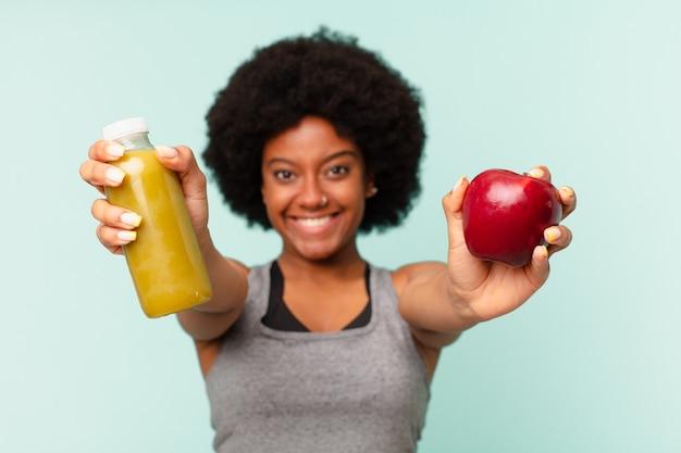 Czarna kobieta fitness afro z smoothy