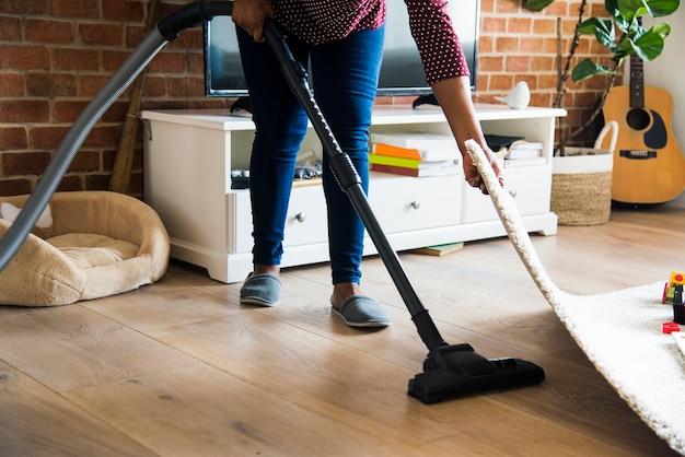 Czarna kobieta jest sprzątanie pokoju