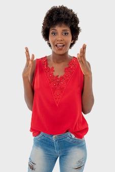 Czarna kobieta na białym tle, uśmiechając się w różnych codziennych sytuacjach.
