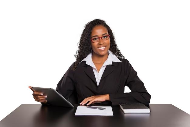 Czarna kobieta pisania na cyfrowym tablecie na białym tle