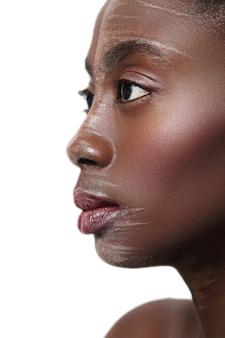 Czarna kobieta profil zbliżenie, pomalowana twarz