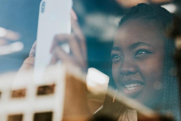 Czarna kobieta rejestrująca widok na miasto