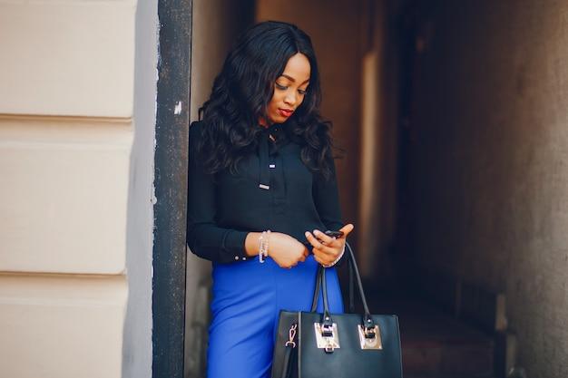 Czarna kobieta w mieście