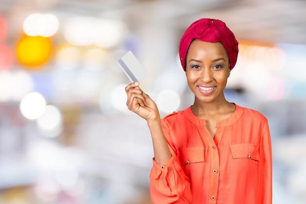 Czarna kobieta z kartą kredytową
