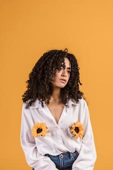 Czarna kobieta z kwiatami w kieszeniach koszuli