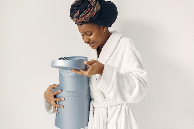Czarna kobieta z prezentami
