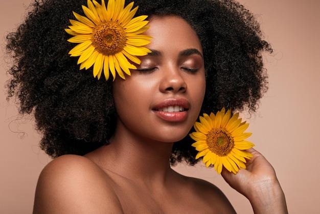 Czarna kobieta ze słonecznikami we włosach