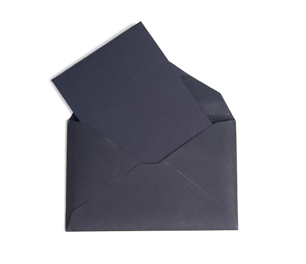 Czarna koperta papierowa i pusty arkusz papieru wewnątrz na białym tle na białym tle, z bliska