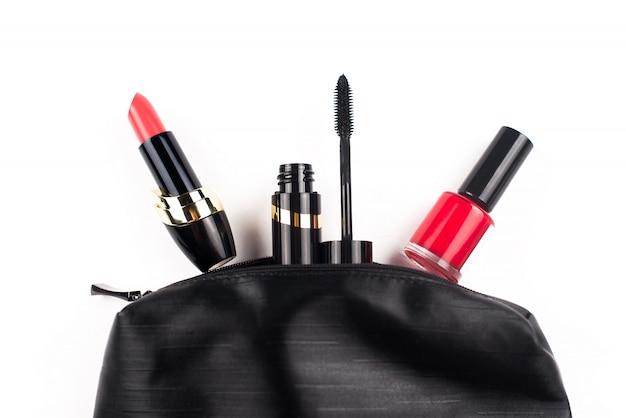 Czarna kosmetyczka z makijażem na białej powierzchni