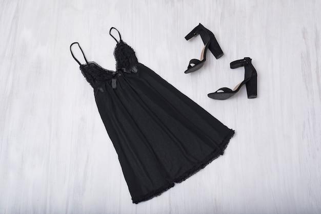 Czarna koszula nocna i buty
