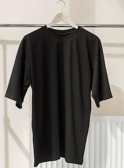 Czarna koszulka na wieszaku gotowa na własną grafikę