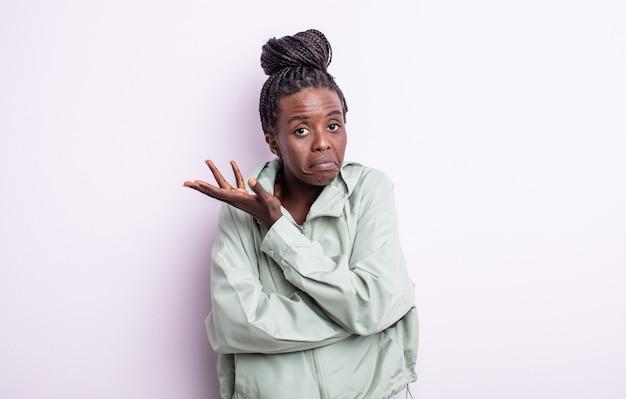 Czarna ładna kobieta czuje się zdezorientowana i nie ma pojęcia, zastanawiając się nad wątpliwym wyjaśnieniem lub myślą