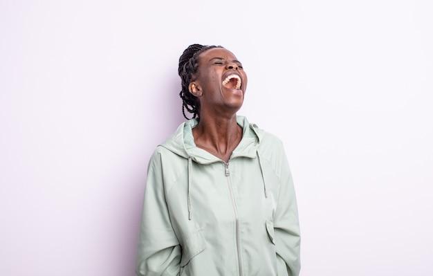 Czarna ładna kobieta krzyczy wściekle, krzyczy agresywnie, wygląda na zestresowaną i złą