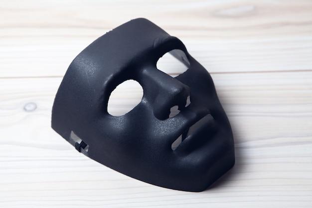 Czarna maska anonimowego na stole