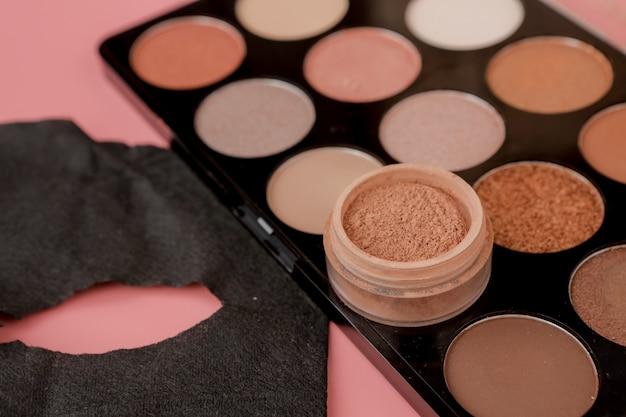 Czarna maska kosmetyczna i zestaw do makijażu z miejsca kopiowania