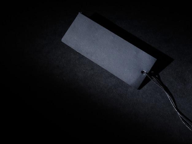 Czarna metka na czarnym tle