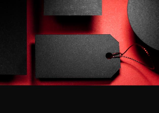 Czarna metka z ceną i abstrakcyjne czarne kształty