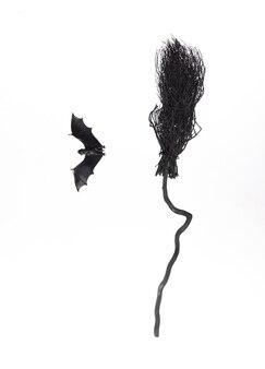 Czarna miotła wiedźmy halloween na białym tle