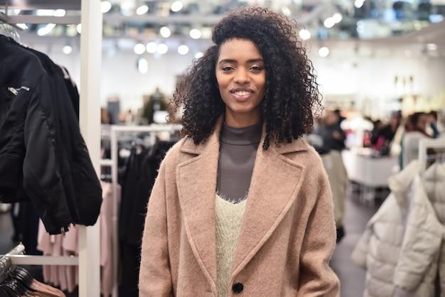 Czarna młoda kobieta robi zakupy w sklepie