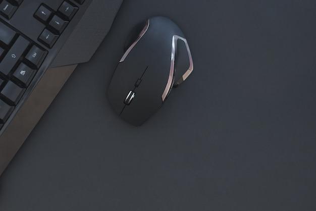 Czarna mysz, klawiatura na białym tle na ciemnym tle, widok z góry. tło płaskie świeckich graczy.