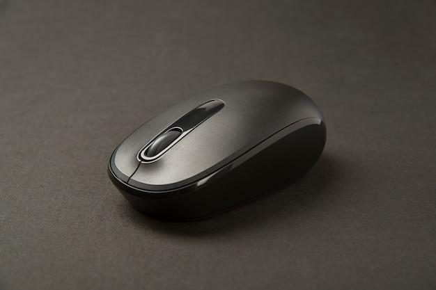 Czarna mysz komputerowa. ścieśniać