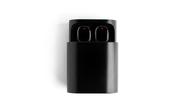 Czarna obudowa z bezprzewodowymi słuchawkami na białym tle