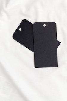 Czarna papierowa metka do wskazania ceny i innych informacji o odzieży, czarne metki na bawełnianym materiale