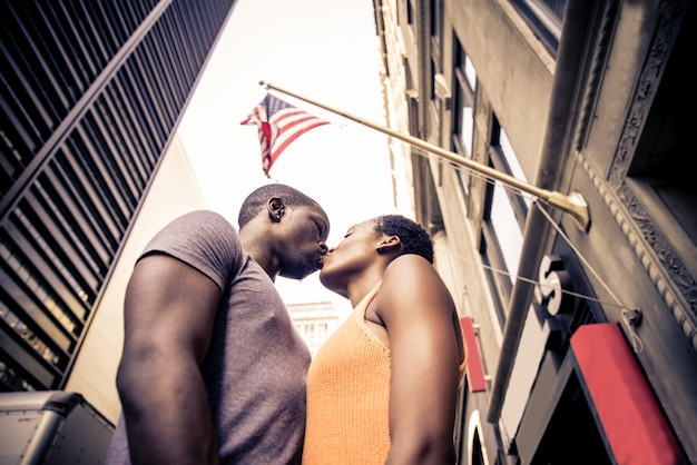 Czarna para pod amerykańską flagą