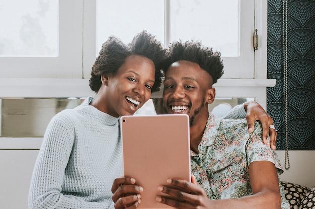 Czarna Para Używa Razem Tabletu Premium Zdjęcia