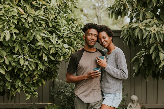 Czarna para z kawą w ogrodzie