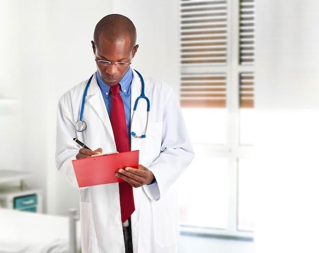 Czarna pielęgniarka w sala szpitalnej