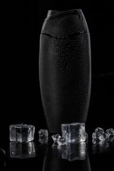 Czarna plastikowa butelka na szampon z kostkami lodu