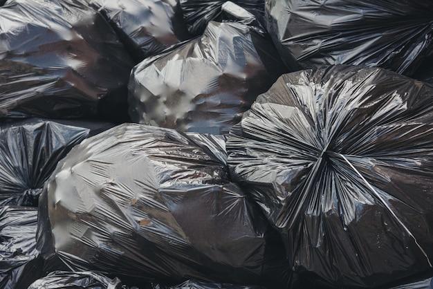 Czarna plastikowa torba na śmieci