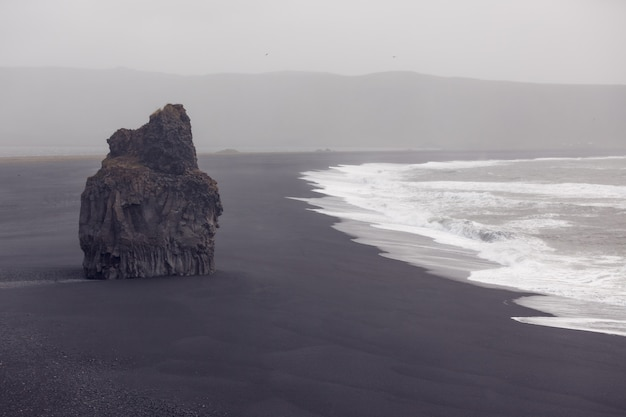 Czarna plaża dyrholaey, islandia
