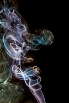 Czarna powierzchnia, kolorowy dym