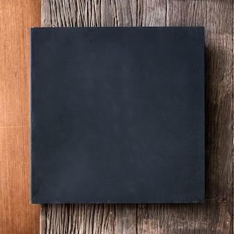 Czarna ramka na drewnianym tle wektor