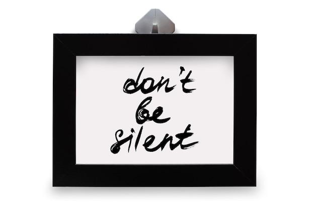 Czarna ramka na zdjęcia. napis nie milczy. na białym tle