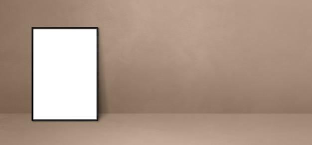 Czarna ramka na zdjęcia oparta na beżowej ścianie. pusty szablon makiety. baner poziomy