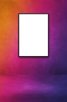 Czarna ramka na zdjęcia wisząca na fioletowej ścianie. pusty szablon gradientu makiety