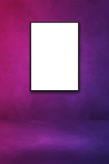 Czarna ramka na zdjęcia wisząca na fioletowej ścianie. pusty szablon makiety