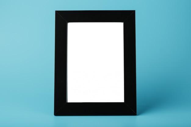 Czarna ramka na zdjęcia z pustą przestrzenią