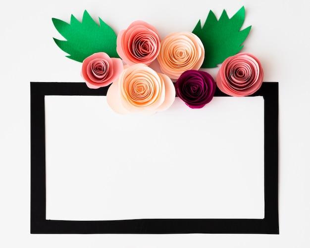 Czarna ramka z papierowymi kwiatami